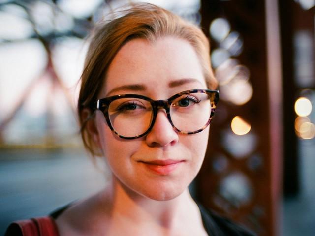 Những cô nàng đeo kính trông thật tri thức đúng không?