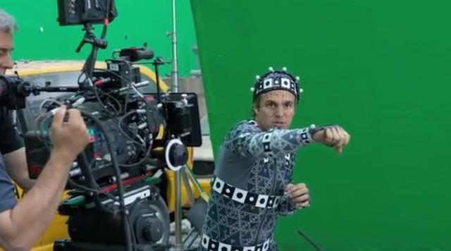 … thực ra anh ấy chỉ mặc bộ trang phục mô phỏng chuyển động khi quay phim để khiến cho nhân vật sống động hơn.