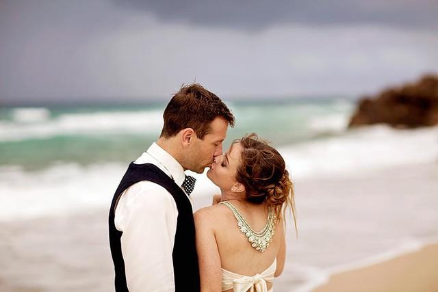Jessica cưới Cameron, mối tình từ thời trung học, khi kế hoạch của họ được vạch ra trên giường bệnh