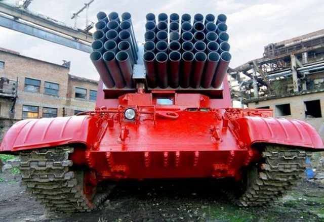 """Người anh em Impulse-2M của pháo phản lực phóng loạt MLRS """"Buratino"""" được cải biến từ khung gầm xe tăng T-62 để phục vụ mục đích dân sự."""