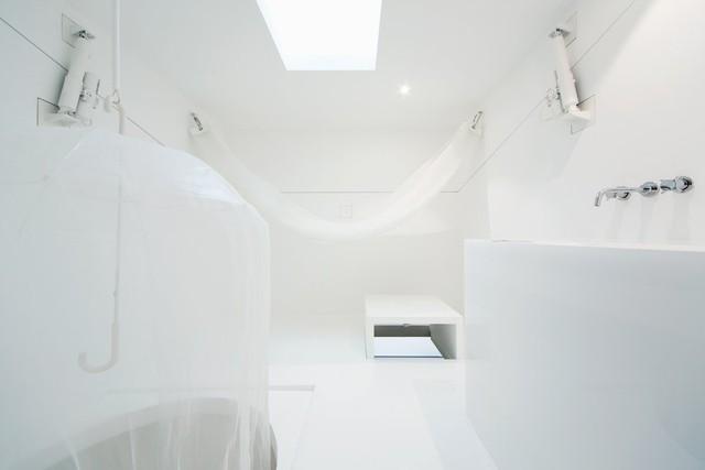 Hệ thống nhà ở bên dưới gợi cho chúng ta hình ảnh của những căn phòng truyền thống của Nhật Bản, vừa là phòng ngủ, vừa là phòng bếp và vừa là không gian sinh hoạt. Phòng tắm chung với phòng vệ sinh. Một chiếc bàn nhỏ được thiết kế nhô lên khỏi sàn nhà. Người ở có thể lựa chọn ngủ trên võng hay ngủ dưới sàn. Hệ thống thủy lực của mái nhà sẽ giúp nó tự động mở ra khi thời tiết đẹp.