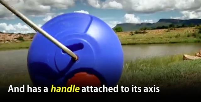 Với tay cầm tích hợp, người dùng có thể kéo hoặc đẩy bình nước để đưa về gia đình.
