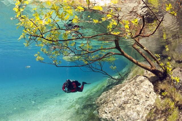Các thợ lặn tận dụng khoảng thời gian này để khám phá vẻ đẹp dưới đáy hồ.