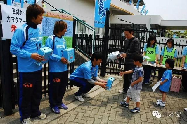 Trẻ em Nhật Bản luôn được giáo dục phải giúp đỡ người khác trong khó khăn. Ảnh: Weibo