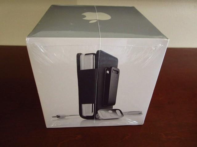iPod thế hệ thứ 2 bản màu trắng 20 GB có giá 19.999 USD.