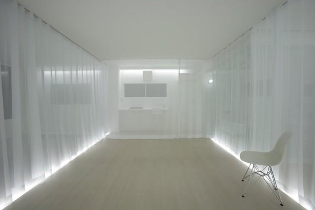Những màn vải tinh tế treo dọc các bức tường được lấy cảm hứng từ nghệ thuật thư pháp hitofudegaki (một nét bút). Đèn gắn trên tường chiếu vào những bức màn khiến cho chúng trở nên nổi bật, chia không gian căn phòng làm ba phần và khiến người ta quên đi khuyết điểm thiếu ánh sáng của căn phòng.
