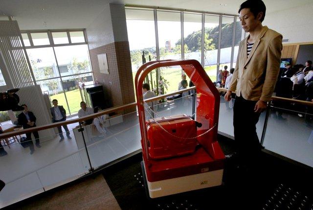 Những chú robot sàn thường được sử dụng tại sân bay để giúp các hành khách với sức khỏe yếu cũng được sử dụng tại khách sạn để giúp chuyển đồ cho khách