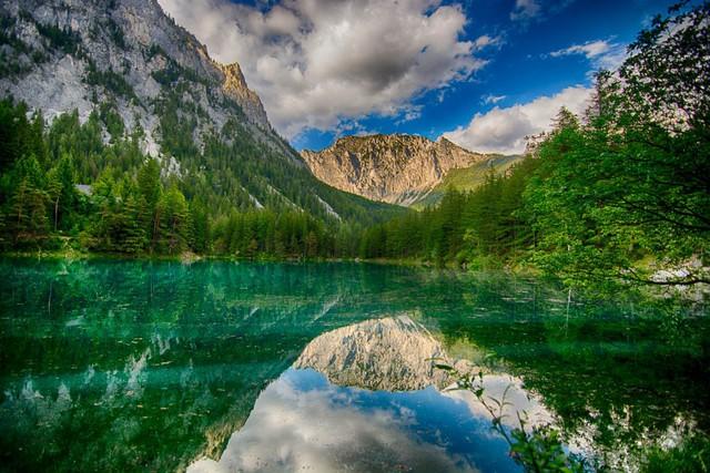 Green Lake trong tiếng Áo là Grüner See. Sở dĩ hồ có tên gọi như vậy là do màu xanh ngọc lục bảo lấp lánh của nước trong hồ.