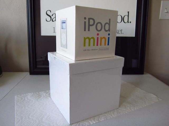 iPod Mini phiên bản thứ nhất có giá rẻ khá cao 2.500 USD.
