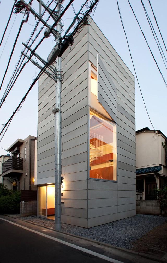 """Được thiết kế cho một gia đình trẻ tuổi với nguồn kinh phí hạn hẹp, ngôi nhà nhỏ với tên gọi """"Small House"""" dưới đây đã làm đảo lộn cách tiếp cận thông thường việc phát triển đô thị nhỏ từ trước tới nay ở Tokyo. Tuy thiết kế khác thường này chỉ chiếm chưa tới một nửa diện tích khu đất rộng khoảng 10,3m2 nhưng rõ ràng nó cao hơn hẳn những ngôi nhà xung quanh."""