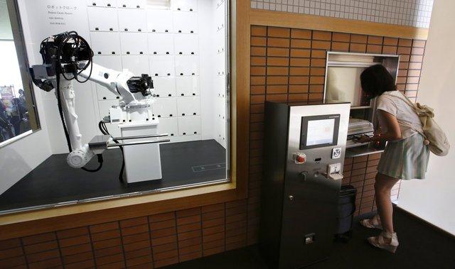 Khách có thể để hành lý của mình tại phòng giữ hành lý, được điều khiển bởi một chú robot được lập trình riêng cho công việc tại đây