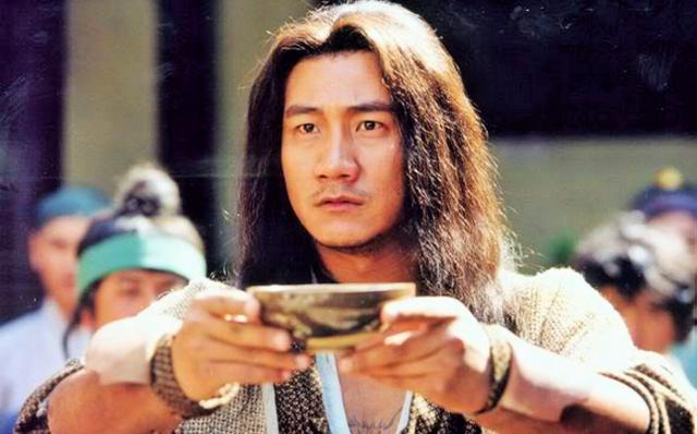 Trong truyện Thiên Long Bát Bộ, danh tiếng đấu tửu của Tiêu Phong vốn thuộc hàng vô địch thiên hạ, khó ai bì kịp.