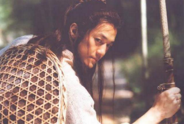 Trong bối cảnh giang hồ thuộc truyện kiếm hiệp Kim Dung, lãng tử Lệnh Hồ Xung còn sở hữu biệt danh con sâu rượu.
