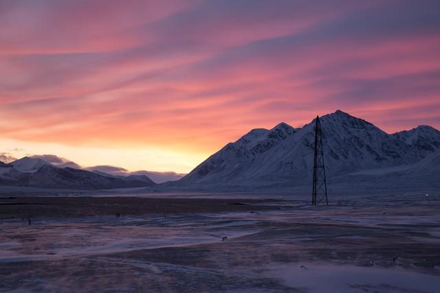 Một cột neo khí cầu ở Ny-Ålesund, được chụp vào một trong những ngày cuối cùng có ánh sáng mặt trời tại đây.
