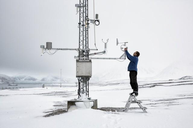 Một kỹ sư của trạm nghiên cứu Pháp-Đức đang đo dữ liệu khí hậu.