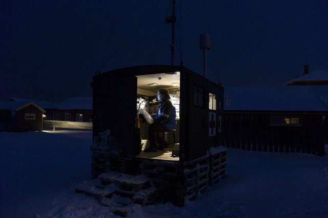 Trong ảnh: Một nhà khoa học của Viện nghiên cứu Không khí đang làm việc trong cabin nhỏ khi bóng đêm bao trùm mùa đông.