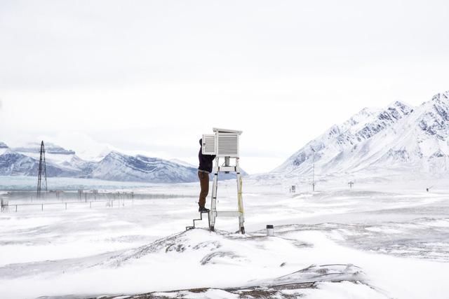 Một nhà khoa học đang thu nhận dữ liệu từ trạm nghiên cứu Bắc Cực.