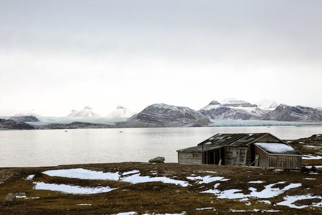 Dòng sông băng Kronebreen, một trong những sông băng lớn nhất Svalbard. Dòng chảy của nó có tốc độ trung bình 2 m/ngày.
