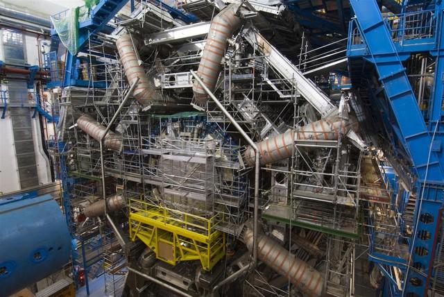 Một nam châm điện siêu dẫn của máy gia tốc hạt Large Hadron Collider