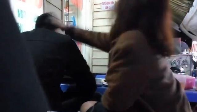 Cô gái này thẳng tay đánh bạn trai ngay giữa quán ăn.