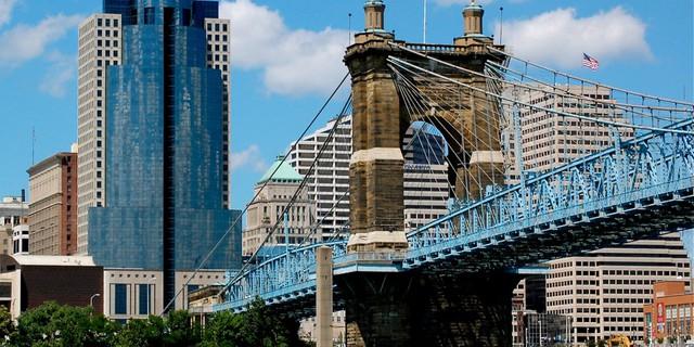 Được xây vào năm 1866, cầu treo John A. Roebling là một trong những cây cầu cổ nhất nước Mỹ. Nó giúp kết nối thành phố Cincinnati và Covington lại với nhau.