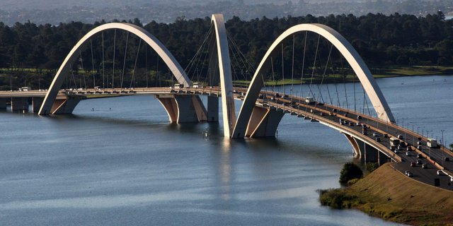 Cầu Juscelino Kubitschek ở Brasilia, Brazil là một trong thành tựu nghệ thuật của kiến trúc đương đại.