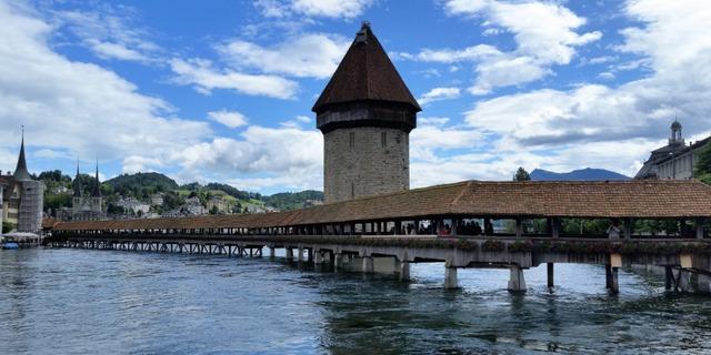 Cầu Kapellbrucke, hay còn có tên là cầu Chapel trong tiếng Anh, là một trong những điểm du lịch nổi tiếng nhất của Thụy Sĩ. Đây cũng là cây cầu gỗ cổ nhất Châu Âu.