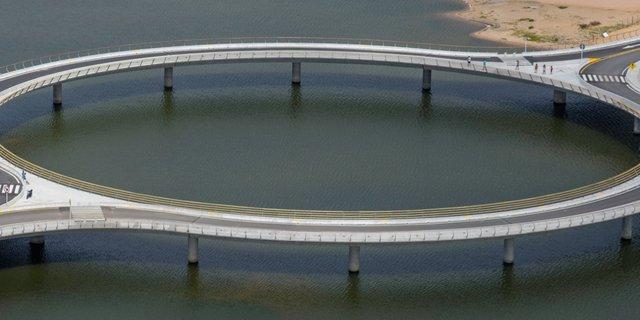 Thiết kế vòng tròn độc đáo của cầu Laguna Garzon ở Uruguay là để buộc tài xế phải giảm tốc độ lại.