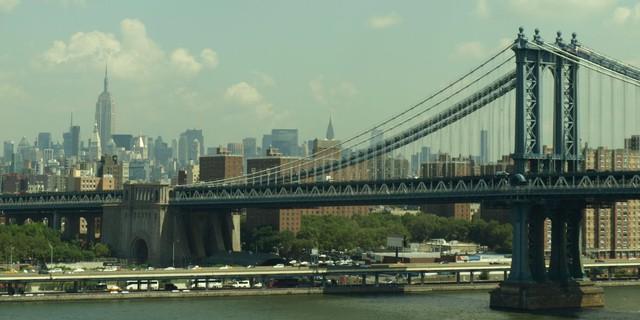 Tuy có phần bị lu mờ bởi cầu Brooklyn, nhưng cầu Manhattan vẫn xứng đáng là một công trình đáng chú ý. Hãy đi qua đường tàu điện ngầm bên dưới và bạn sẽ có được tầm nhìn tuyệt vời nhất của khu Lower và Midtown Manhattan.