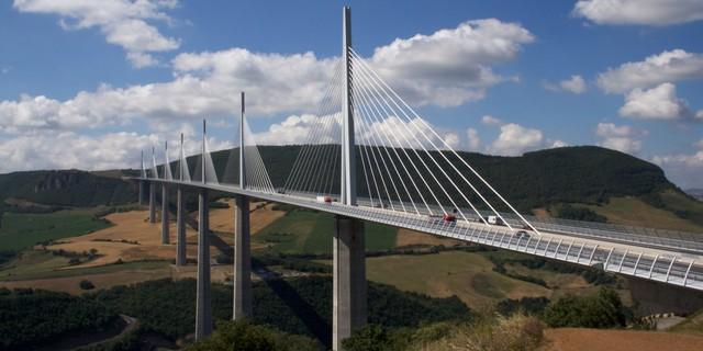 Milau Viaduct ở miền nam nước Pháp là một trong những cây cầu cao nhất thế giới.