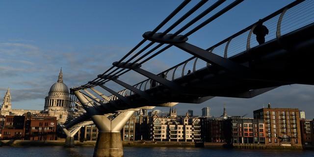 Cầu Millennium với phong cách hiện đại nổi bật lên hẳn giữa phong cảnh cổ điển của London.