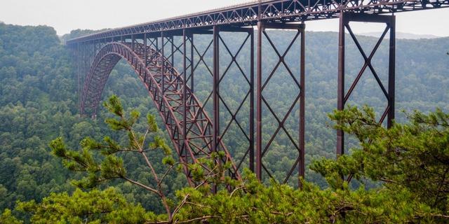 Với cảnh quan ngoạn mục xung quanh, cầu River Gorge mới ở Tây Virginia là một trong những chiếc cầu có khung cảnh ấn tượng nhất thế giới.