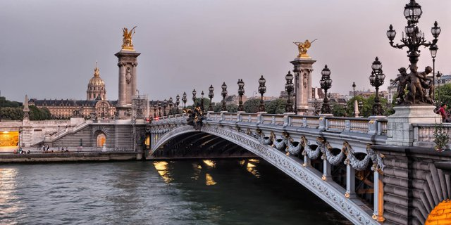 Pont Alexandre III ở Paris, một trong những cây cầu đẹp nhất thế giới.