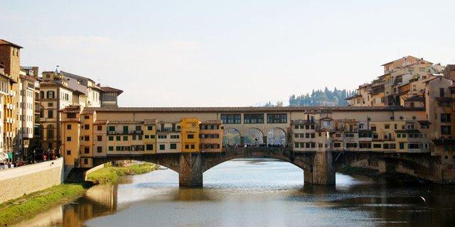 Cầu Ponte Vecchio ở Florence được xây vào năm 1345. Nó từng được sử dụng làm nơi ở cho các thương gia.