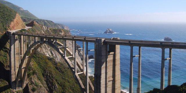 Cầu Bixby Creek ở Monterey, California sẽ mang đến cho bạn cảnh quan hùng vĩ khi đi chạy xe trên Route 1.