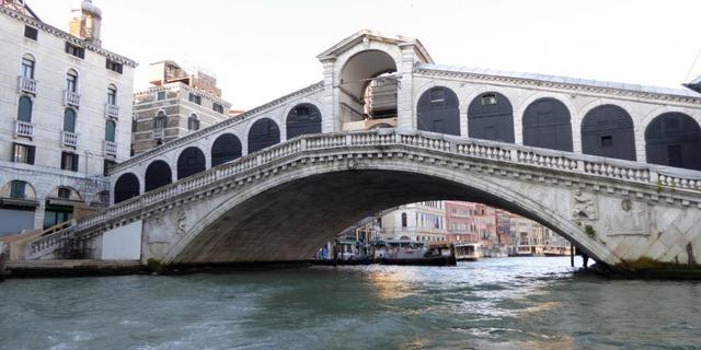 Nhỏ nhưng ấn tượng, cầu Rialto sẽ giúp bạn đi qua những dòng kênh ỏ Venice mà không cần đến thuyền.