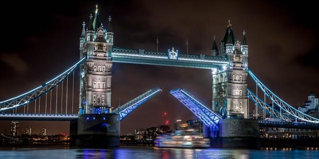 Cầu Tháp London đã quá nổi tiếng, nó có thiết kế như hai tòa lâu đài đang nổi lềnh bềnh trên dòng sông Thames.