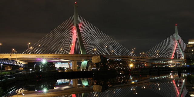 Cầu treo Zakim kết nối các khu vực của Boston lại với nhau qua con sông Charles. Thiết kế của cây cầu này gợi nhớ đến tàu USS Constitution và Đài tưởng niệm Đồi Bunker, hai biểu tượng lich sử trong cuộc Chiến tranh Cách mạng.