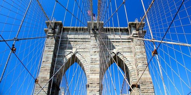 Được xây dựng vào năm 1883, Cầu Brooklyn là một trong những cây cầu cổ nhất ở Mỹ và cũng là một trong những biểu tượng của thành phố New York.