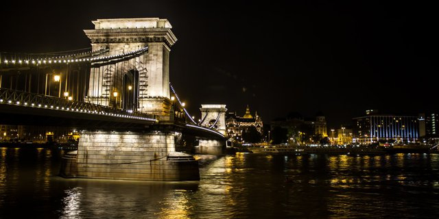 Cầu Chain Bridge kết nối hai vùng Buda và Pest tạo nên thủ đô của Hungary là Budapest.