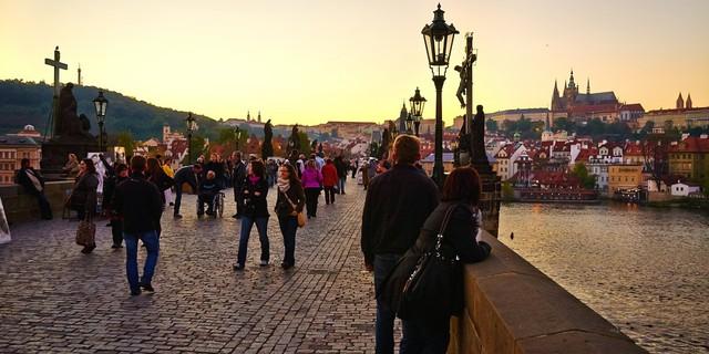 Cây cầu Charles dành riêng cho người đi bộ ở Prague đã có mặt từ thế kỷ 15.