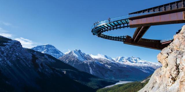 Cầu Glaciel Skywalk ở Alberta sẽ mang đến cho bạn cảm giác hùng vĩ khi đứng lơ lửng trên dãy núi Rocky ở Canada.
