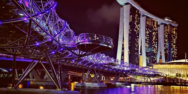 Cầu Helix Bridge ở Singapore sẽ được thắp sáng mỗi đêm. Mỗi màu sắc là đại diện cho một chuỗi DNA.