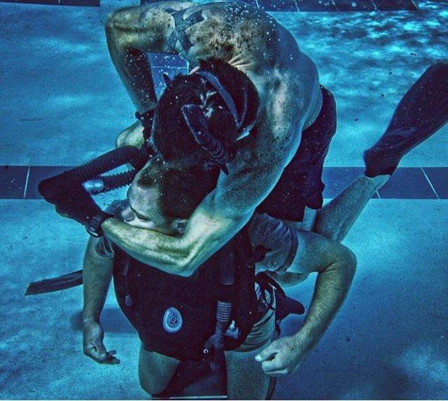 Khóa huấn luyện kỹ năng sống sót dưới hồ của SEAL.