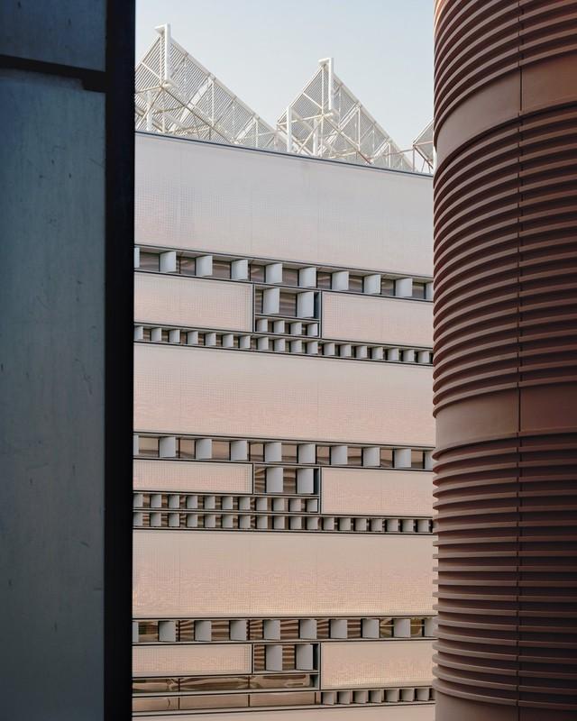 Thành phố Masdar được thiết kế để có thể cung cấp chỗ ở cho 40.000 cư dân xung quanh, và cung cấp nơi làm việc, học tập trong ngày cho 50.000 người. Nhưng những người đang ở đây chỉ là sinh viên và giảng viên của Viện Khoa học Kỹ thuật Masdar.