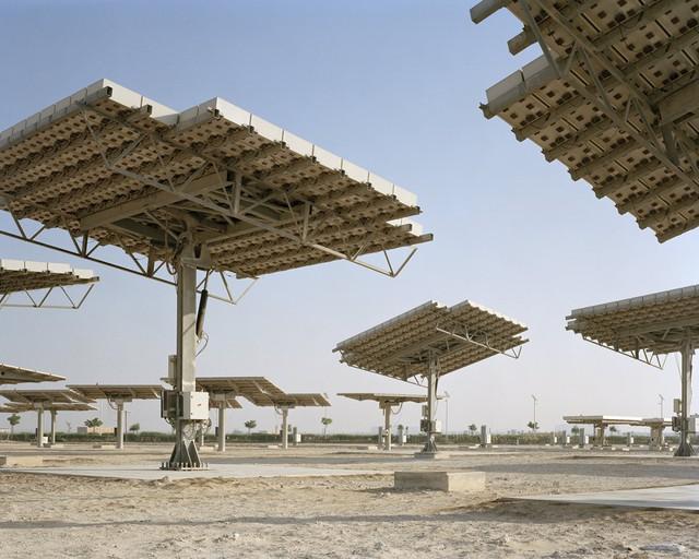Theo kế hoạch ban đầu của công ty kiến trúc Foster + Partners thì thành phố Masdar sẽ tận dụng nguồn ánh sáng mặt trời cường độ cao tại đây để cung cấp năng lượng cho thành phố thông qua các tấm pin năng lượng.
