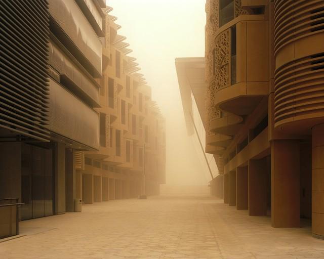 Các công trình trong thành phố được thiết kế kỹ lưỡng để có thể che nắng cho nhau và cho con đường bên dưới.