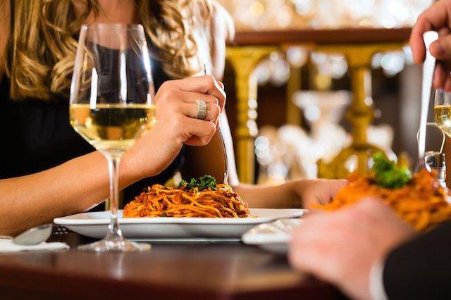 Rượu mạnh ảnh hưởng đến quá trình tiết nước bọt, nhưng các loại đồ uống thông thường thì không