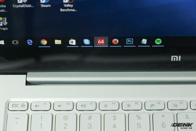 Phần bản lề cũng có thiết kế giống MacBook