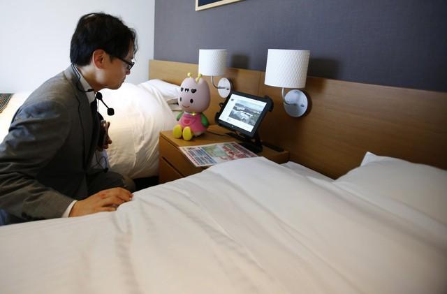 Trong mỗi phòng sẽ có một chú robot nhỏ tên Toly mà có thể giúp du khách tìm các nhà hàng gần đó, những sự kiện hoặc địa điểm xung quanh khách sạn